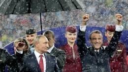 Игроки сборной Франции окатилиПутина шампанским— видео
