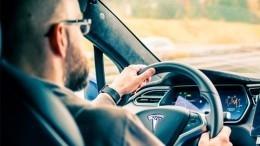 Карету мне, карету: спящий зарулем движущегося Tesla водитель попал вкадр