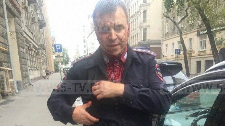Мужчина7 раз ударил ножомполицейского упосольства Словакии вМоскве— фото