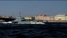 Десантный катер подошел вплотную копоре моставовремяпарада ВМФ вПетербурге
