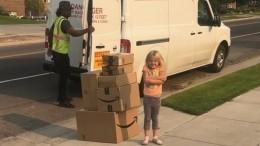 Шестилетняя девочка изСША тайком заказала семь коробок сигрушками