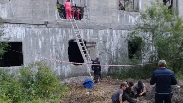 Один погибший,двое под завалами: наСахалине обрушилась крыша бывшего завода