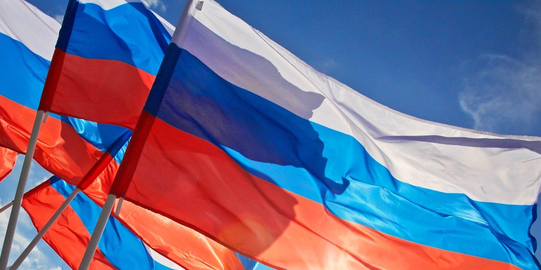 Отстяга дофлага: Российский триколор отмечает день своего второго рождения