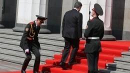 «Сногсшибательный» президент: Подборка падений солдат при Петре Порошенко