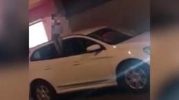 Пользователей возмутило видео сотцом, катающим ребенка накрыше автомобиля