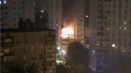 Пожар вжилом доме вподмосковной Балашихе: люди выпрыгивают изокон— видео