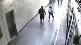 Опубликовано видео спредполагаемым убийцей полицейского вметроМосквы