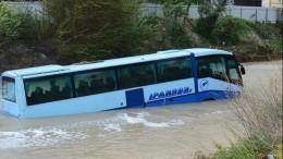 Автобус смыло вморе вНовороссийске— шокирующие кадры