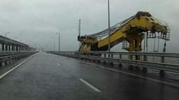 Врезавшийся вКрымский мост плавучий кран сняли навидео очевидцы