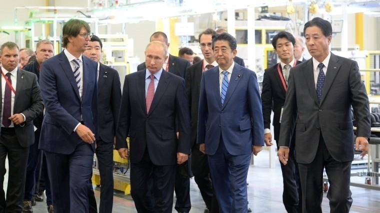Путин иАбэ посетили российско-японский завод попроизводству моторов для Mazda