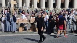 Автомобиль врезался вгруппу прохожих около Ватикана