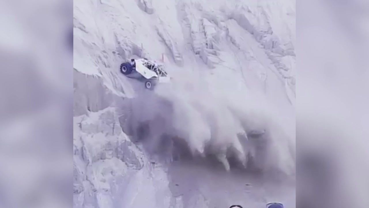 Экстремал наавтомобиле штурмует отвесную скалу— захватывающее видео