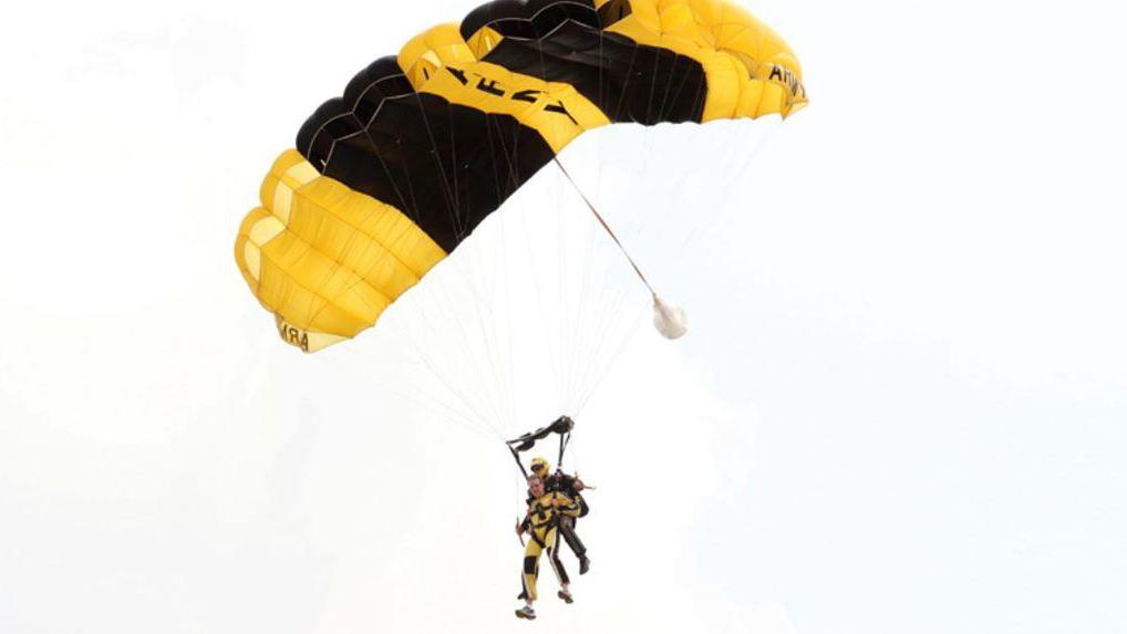 Момент падения двух парашютистов налинию электропередачи попал навидео