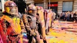 Разукрашенные полицейские имассовые задержания: как проходит митинг вБарселоне