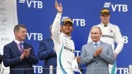 Победитель сочинского этапа «Формулы- 1» Хэмилтон получил награду изрук Путина