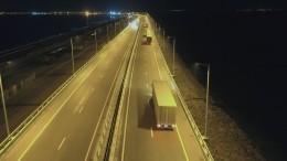 Грузовики, которые едут поКрымскому мосту, сняли навидео сбеспилотника