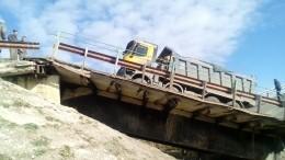 Видео: ВМордовии мост рухнул под весом грузовика спеском