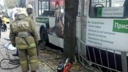 Троллейбус протаранил остановку вОрле, есть погибшие— видео сместа