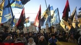 Националисты вКиеве стягиваются кпамятнику генералу Ватутину— видео