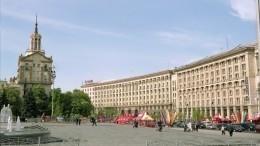 Видео: ВКиеве протестующие подрались сполицией при попытке поставить палатку
