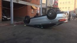 Видео: Mercedes пробил ограждение иупал совторого этажа парковки вМоскве