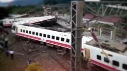 Около 200 человек пострадали при сходе поезда срельсов наТайване