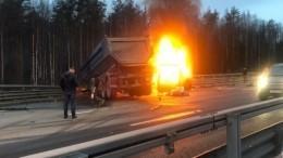 НаЗСД полыхает микроавтобус после столкновения ссамосвалом— видео
