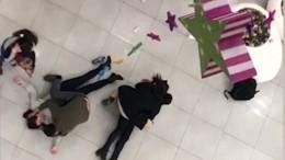 Жуткие кадры сместа падения девушек, пытавшихся сделать селфи вторговом центре (18+)