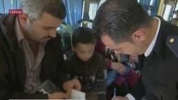 Награнице Сирии встречают беженцев, которые возвращаются изЛивана