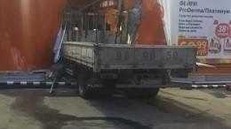Грузовик протаранил гипермаркет вИркутске— есть пострадавшие