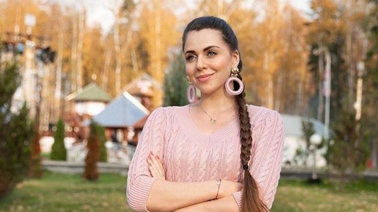 Ольга Рапунцель удивила фанатов, повиснув нашее Влада Кадони