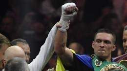 Видео: Усик нокаутировал Белью изащитил чемпионский титул