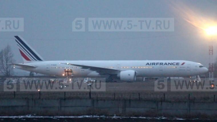 Видео: специалисты обследуют экстренно приземлившийся вИркутске «Боинг-777»