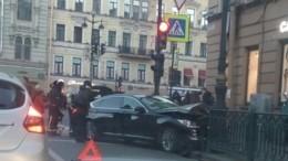 Видео: Genesis вылетел натротуар вцентре Петербурга
