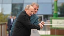 Видео: Владимир Путин покормил карпов вовремя прогулки вКрыму