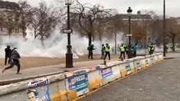 Дымовые шашки изадержания: «желтые жилеты» продолжают бастовать воФранции