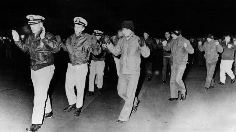 Американские моряки сдаются в плен.