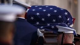 Напохороны Буша-страшего— вцветных носках
