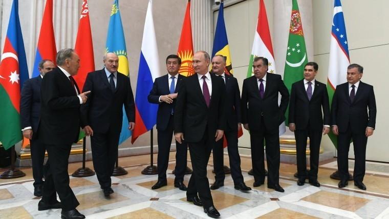 Путин подарил главам стран ЕАЭС панно снациональными флагами, побывавшими наМКС