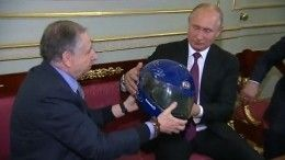 Глава Международной автофедерации вручил Путину гоночный шлем