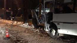 Автобус спассажирами протаранил дерево натрассе вНижегородской области
