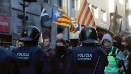 Непокорные каталонцы вновь крушат улицы Барселоны, требуя независимости— видео