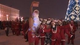Десятки Дедов Морозов поздравили Пятый канал всамом сердце Петербурга
