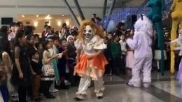 Видео: Жуткий клоун распугал детей нановогодней елке вАстане