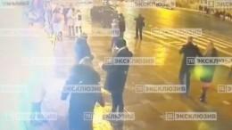 Момент наезда иномарки напешеходов наНевском проспекте попал навидео