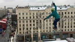 Видео: Канатоходец устроил шоу для москвичей над Тверской площадью
