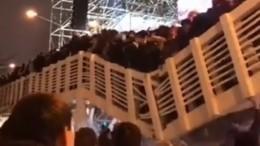 Момент обрушения моста вПарке Горького попал навидео— жуткие кадры