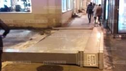 Первые кадры сместа падения афиши налюдей вцентре Петербурга