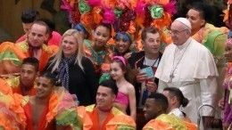 Видео: Папа Римский показал футбольный фристайл скубинскими циркачами