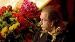 «Сним все хотят проститься!»— братья Криса Кельми против тайных похорон